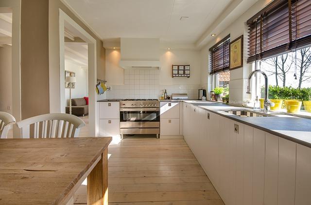 bílá kuchyně, velká trouba okna, žaluzie