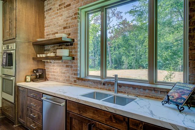 dřevěná kuchyně, cihlové obložení