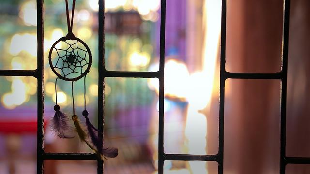 lapač snů v okně